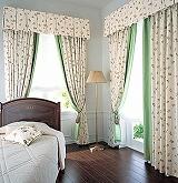 端にグリーンのアクセントボーダーをつけて縫製されたドレープカーテン